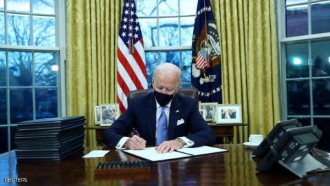 وقع بايدن سلسلة قرارات تعود عن سياسات سلفة ترامب
