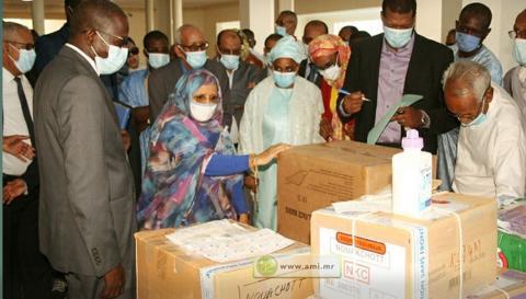 مستشار الوزير الأول ورئيسة جهة نواكشوط خلال حفل تسليم المعدات (وما)
