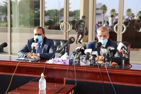 وزير التجهيز والنقل محمدو أحمدو امحيميد (يسار)، ومدير ميناء نواكشوط المستقل سيدي أحمد الرايس خلال المؤتمر الصحفي مساء اليوم (الأخبار)