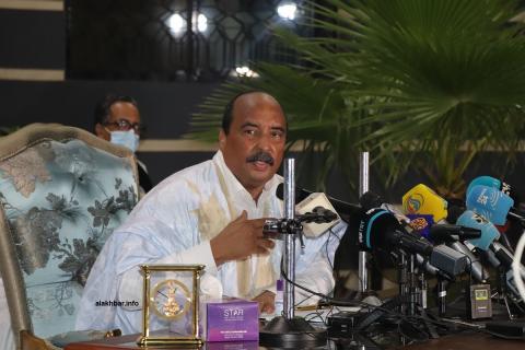الرئيس السابق محمد ولد عبد العزيز  خلال مؤتمره الصحفي الليلة