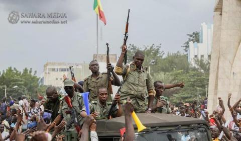 جنود ماليون وسط احتفالات شعبية بساحة الاستقلال في باماكو (صحراء ميديا)