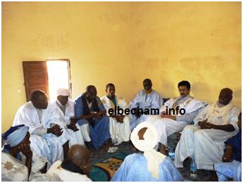 الوزير في لقاء يجمع أطراف الخلاف في قرية آفجيجير ( محفوظ ولد تيكي وعالي ولد بيلال
