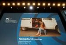 """المخرج الصيني كلوي تشاو يفوز بجائزة الأسد الذهبي لأفضل فيلم في مهرجان البندقية السينمائي يوم السبت عن فيلم فيلم """"نومادلاند"""" (أرض الرحل) الأمريكي.رويترز."""
