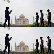 زوار يلتقطون الصور أمام ضريح تاج محل. 08/09/2020 © أ ف ب