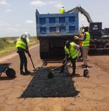 الفرق الفنية التابعة للمؤسسة خلال صيانة المقطع الطرقي بين بوكي وكيهيدي