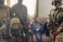 جنود من القوات الخاصة في غينيا وهم يعتقلون الرئيس ألفا كوندي (مجلة جون أفريك)