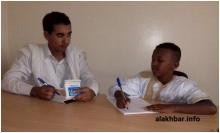 التلميذ المتصدر سيدي ولد إسلم إلى جانب مراسل الأخبار عبد الرحمن ولد بل